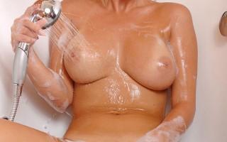 Bathing Hungarian beauty Pamela washes her hot n juicy twat