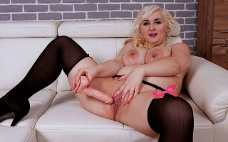 Curvy blonde Lola Paradise spreads on the couch