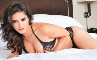 Sunny Leone strips out of her sensual black lingerie outfit!