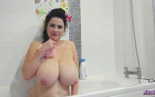 Hiya guys! It\'s WebCam Wednesday time again and I am back in the bath! Yes, believe it or not, I have to bathe regularly... even DAILY (I know... CRAZY, right?) so I thought I would bring my camera along for the ride. :-)