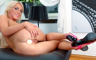 Beautiful blonde college girl gapes her nice ass for you !