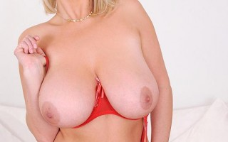 Sexy Lady Lola Squeezes & Squashes Her Fabulous 36H Knockers