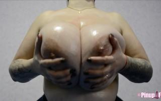 Roxanne Heavan massive tits Webcam