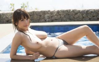 Busty Japanese babe Rion in sexy bikini