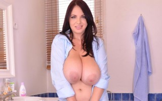Joanna feels horny in the bath